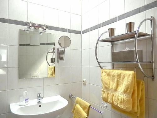 A bathroom at Gästezimmer / Weingut Peter