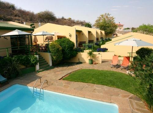 Ein Blick auf den Pool von der Unterkunft Hotel Pension Onganga oder aus der Nähe