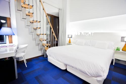 A bed or beds in a room at Marquis Urban