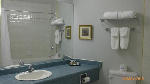 A bathroom at The Bridgeport Inn