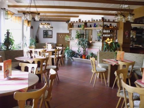 Ein Restaurant oder anderes Speiselokal in der Unterkunft Hotel Sembziner Hof