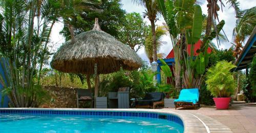 A piscina localizada em Caribbean Flower Apartments ou nos arredores