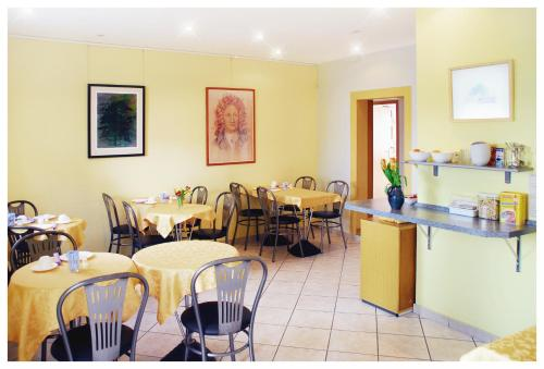 A restaurant or other place to eat at Pension Alter Zausel