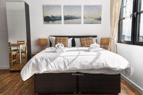 A bed or beds in a room at Thistle Apartments - Rose Apartment