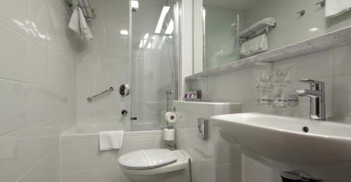 A bathroom at Hotel Park Makarska