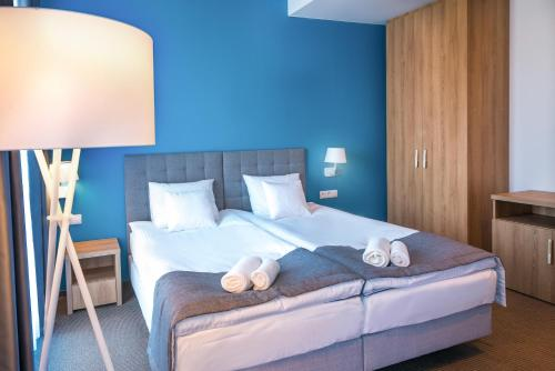 A bed or beds in a room at Hotel Arkadia Jelcz-Laskowice