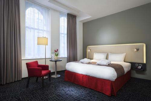 A bed or beds in a room at Park Inn by Radisson Glasgow City Centre