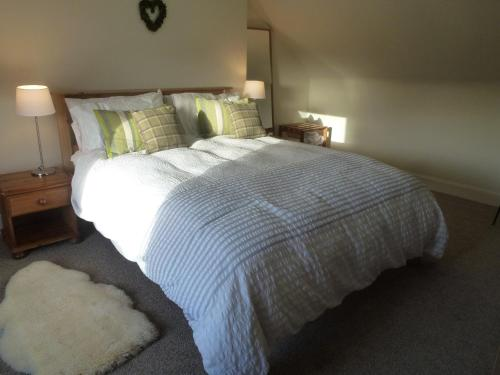 A bed or beds in a room at Juniper Cottage