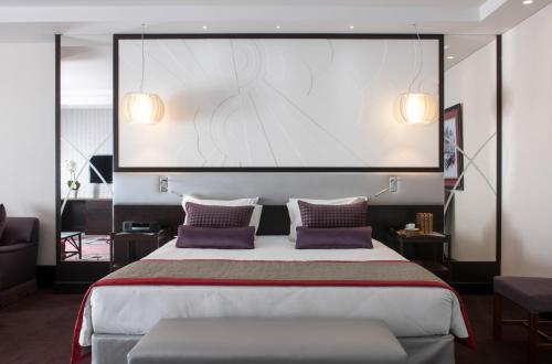 سرير أو أسرّة في غرفة في سوفيتيل بيروت لو غبريال