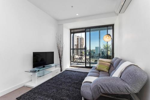A seating area at Complete Host Vogue Apartments