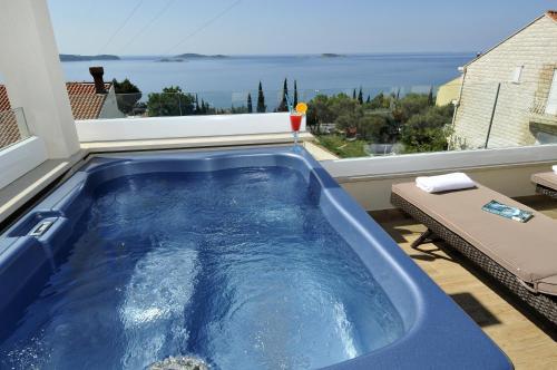 The swimming pool at or close to Casa Milolaza