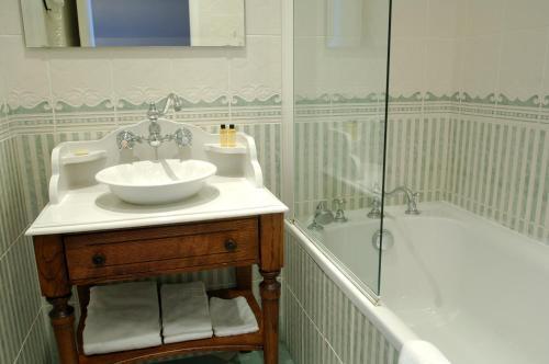A bathroom at Hôtel de La Cloche