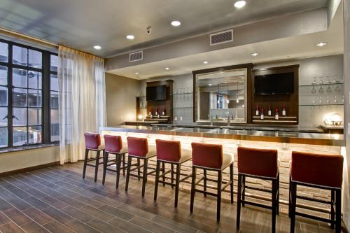 The lounge or bar area at Hampton Inn and Suites Cincinnati - Downtown