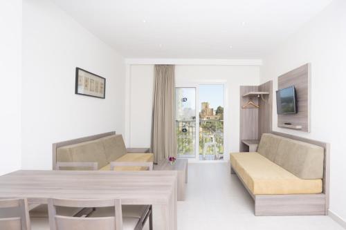 A seating area at Apartamentos Tres Torres