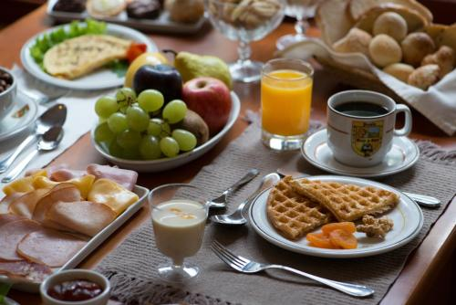 Opções de café da manhã disponíveis para hóspedes em Pousada Spa Mirante da Colyna