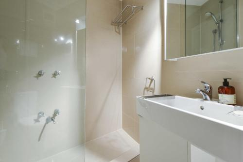 A bathroom at CBD Vistas - StayCentral