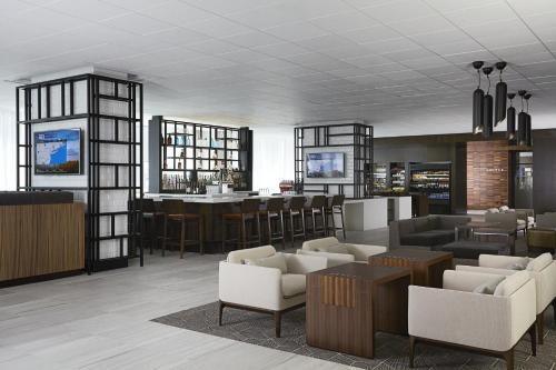 The lounge or bar area at New York Marriott at the Brooklyn Bridge