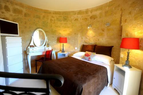 A bed or beds in a room at Clos Moulin Du Cadet