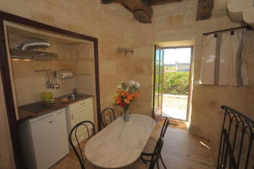 A kitchen or kitchenette at Clos Moulin Du Cadet