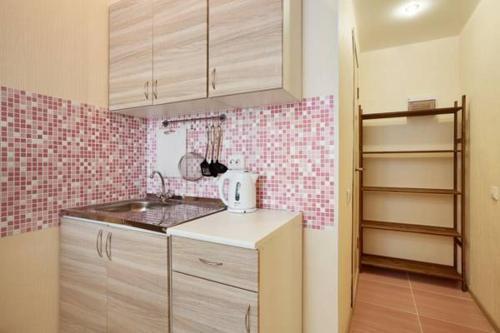 Кухня или мини-кухня в Apartment ot Nadezhdy Uchebnaya