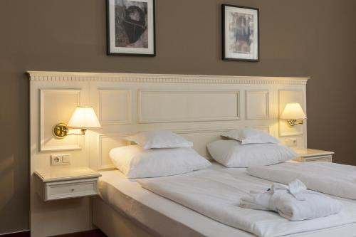 A bed or beds in a room at Wyndham Garden Quedlinburg Stadtschloss