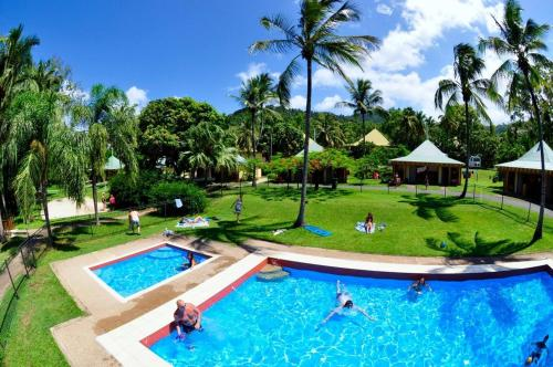 The swimming pool at or near Nomads Backpackers Airlie Beach
