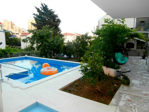 A view of the pool at Apartments Cordis or nearby