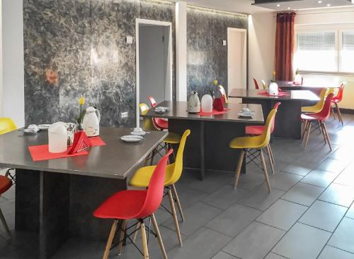 Ein Restaurant oder anderes Speiselokal in der Unterkunft InWest Hotel Garni