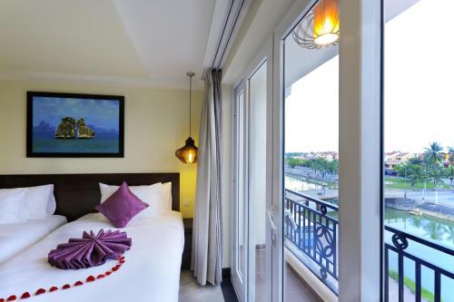 Ein Bett oder Betten in einem Zimmer der Unterkunft River Suites Hoi An