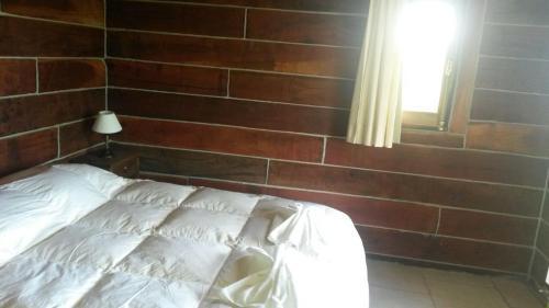 Una cama o camas en una habitación de Cabañas del Peñon