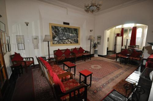 A seating area at Windamere Hotel