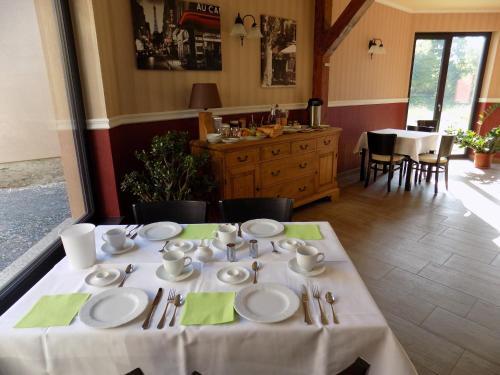 Ein Restaurant oder anderes Speiselokal in der Unterkunft Heidehotel Jagdhof Dobra GmbH