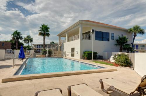 The swimming pool at or close to Motel 6-Destin, FL