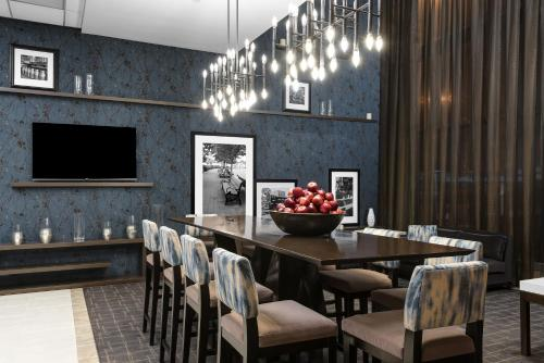 Un restaurante o sitio para comer en Hampton Inn Manhattan-Times Square North