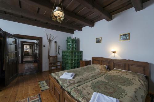 Łóżko lub łóżka w pokoju w obiekcie Hollóköves Vendégházak