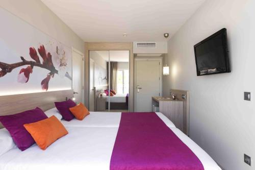 Een bed of bedden in een kamer bij Garden Holiday Village - Adults Only