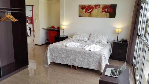 Una cama o camas en una habitación de Hotel del Sol