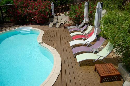 Het zwembad bij of vlak bij Les Parfums du Midi