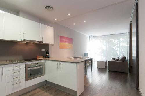 A kitchen or kitchenette at Espais Blaus Apartments