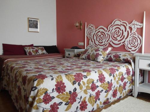 A bed or beds in a room at Hotel Amandi
