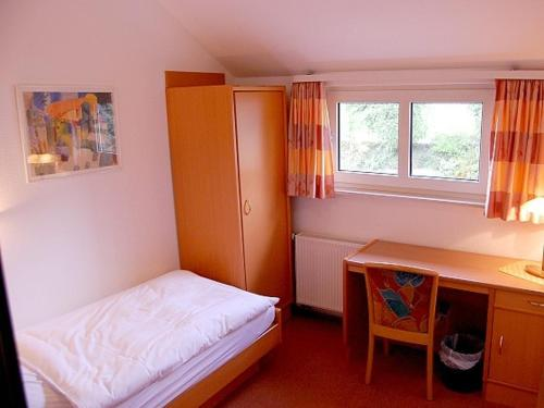 A bed or beds in a room at Hotel N51 - Bildungszentrum Sorpesee
