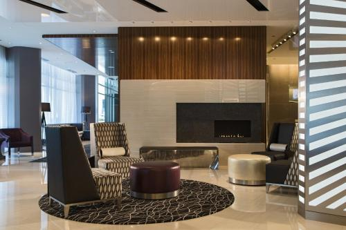 A seating area at Hotel Chicago Downtown, Autograph Collection