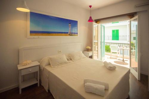 A bed or beds in a room at Hostal Sunset Ibiza