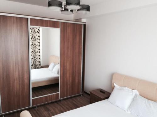 Un pat sau paturi într-o cameră la Summer Breeze Apartment