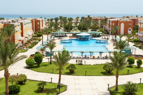Вид на басейн у Sunrise Garden Beach Resort або поблизу