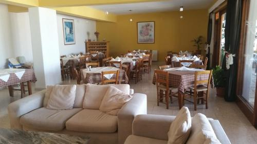 A restaurant or other place to eat at Pissouriana Apartments