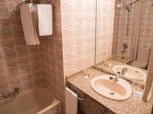 Ванная комната в AR Roca Esmeralda & Spa Hotel