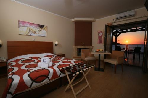 Ένα ή περισσότερα κρεβάτια σε δωμάτιο στο Faros Luxury Suites