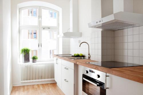 A kitchen or kitchenette at Continental Apartment Hotel Sundsvall