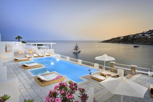 Vista sulla piscina di Nissaki Boutique Hotel o su una piscina nei dintorni